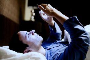 Dùng điện thoại vào ban đêm làm tăng nguy cơ ung thư và mắc bệnh trầm cảm