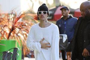 Justin Bieber tiếp tục mặc xấu khi xuống phố cùng vợ