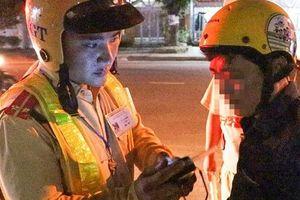 Tài xế bật khóc nức nở khi bị cảnh sát giao thông dừng xe kiểm tra nồng độ cồn