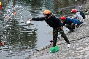 Xem người dân Hà Nội thả cá chép tiễn Táo quân