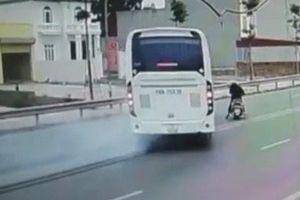 Ôtô khách phanh 'cháy đường' tránh tài xế xe máy chạy ẩu