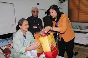 Liên đoàn lao động thành phố Hà Nội tặng quà cho bệnh nhân Bệnh viện ung bướu Hà Nội
