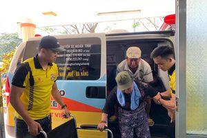 Đà Nẵng: 'Chuyến xe 0 đồng' của nhóm bạn trẻ chở miễn phí người bệnh nghèo về quê đón Tết