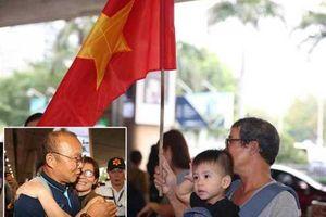 Vẫn có người mang cờ ra đón ông Park và U-23 Việt Nam