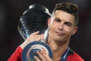 HLV Sarri khó chịu khi nhìn Ronaldo thua Messi