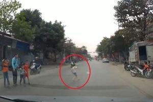 Bé trai bất ngờ lao ra đường ngay trước đầu ôtô