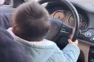 Ông bố để con 2 tuổi lái ôtô