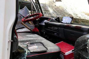Xe tải bị chặn, đập vỡ kính trên quốc lộ 1