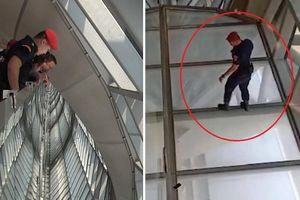 Nam nhân viên nhảy từ độ cao 15 m nhặt giúp điện thoại cho khách