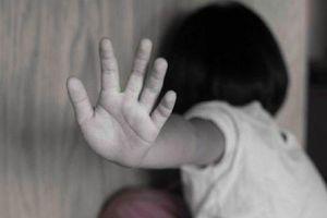 Bé gái 7 tuổi bị hàng xóm dẫn vào rừng keo để xâm hại