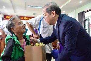 Dân nghèo Huế bất ngờ nhận quà Tết trước ngày rời Thượng thành