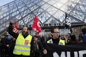 Tổng thống Pháp phải sơ tán giữa làn sóng biểu tình