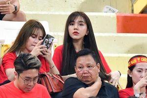 Bạn gái tin đồn của Quang Hải, Hoàng Đức đọ sắc trên khán đài ngày U23 Việt Nam thua