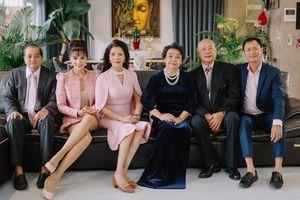 Siêu mẫu Vũ Thu Phương: 'Ba mẹ chồng coi bố mẹ tôi như em ruột nên quan tâm nhau lắm'