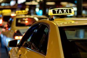 Xe taxi được lựa chọn gắn hộp đèn trên nóc hoặc dán phù hiệu trên kính