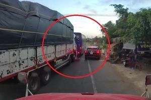Xe tải đâm vào đuôi xe khách giữa đường