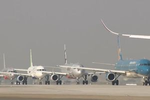 Máy bay 'tắc đường' ở sân bay Tân Sơn Nhất