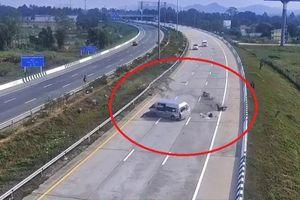 Ôtô nổ lốp đâm vào rào chắn cao tốc, hành khách trên xe bị hất văng tứ phía