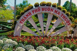 Đắk Lắk: Đường phố 'mặc áo hoa' chuẩn bị đón Tết
