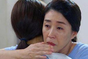 Con dâu vô sinh xin ly hôn, mẹ chồng cầm tay chỉ nói một câu khiến ai cũng rớt nước mắt