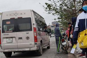 Cận Tết, 'xe dù' vô tư lộng hành, chèo kéo khách tại 'cửa ngõ' Thủ đô