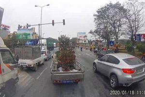 Xe tải biển xanh ngang nhiên vượt đèn đỏ ngày cận Tết