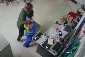Khởi tố nam thanh niên dùng dao khống chế cướp tiền nhân viên cửa hàng xăng dầu