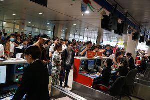 Thảm cảnh vạ vật ngồi chờ, chen chúc ở sân bay Tân Sơn Nhất ngày giáp Tết