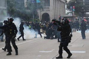Hong Kong: Hàng ngàn người xuống đường, cảnh sát bị đánh