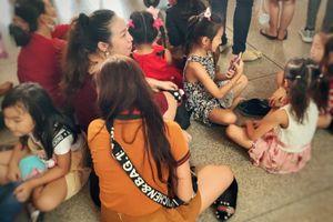 10 người đi đón 1 Việt kiều, sân bay Tân Sơn Nhất chật như nêm