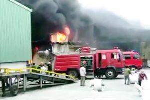Cháy lớn thiêu rụi kho hàng sản xuất bao bì ở Ninh Bình