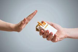 Độc hại, tốn tiền... nên phạt hút thuốc lá nơi công cộng nặng như uống rượu, bia lái xe?