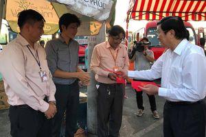 Nguyên Chủ tịch nước Trương Tấn Sang tặng quà cho lái xe khách phục vụ tết
