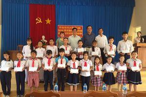 Tiền Giang: Trao quà Tết cho trẻ em có hoàn cảnh khó khăn