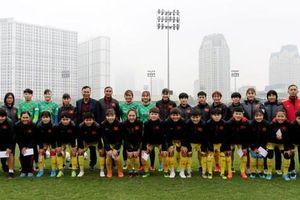 Phó Chủ tịch thường trực Liên đoàn bóng đá Việt Nam Trần Quốc Tuấn chúc Tết Đội tuyển nữ Quốc gia