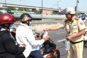 CSGT dừng xe để... tặng nước về Tết