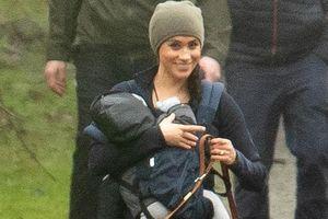 Meghan Markle vui vẻ bế con đi dạo sau khi rút khỏi Hoàng gia Anh