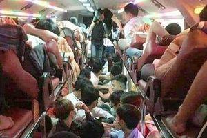 Xe khách 46 chỗ nhét 99 người về quê ăn Tết