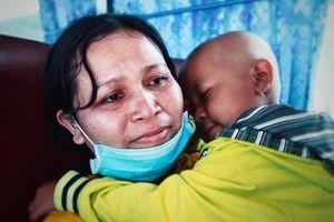 Tâm sự của người mẹ có con ung thư trên chuyến xe miễn phí về quê