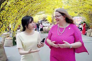Tổng lãnh sự Mỹ đi chợ Tết, đọc thơ chúc mừng năm mới độc giả Zing.vn