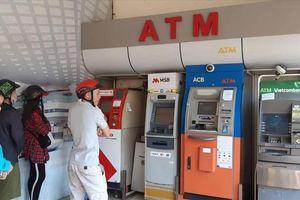 Khổ sở rút tiền ATM ngày Tết