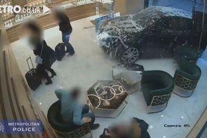 Băng cướp táo tợn tông thẳng ô tô vào cửa hàng nữ trang