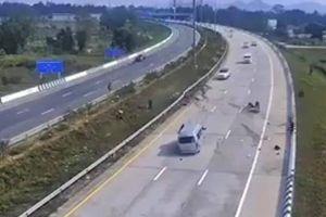 Kinh hoàng cảnh xe khách nổ lốp, mất lái, hành khách văng ra đường cao tốc