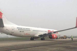 Máy bay Malaysia chở 91 người nổ lốp tại sân bay Nội Bài