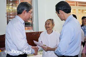 Phó chủ tịch UBND tỉnh Nguyễn Quốc Hùng đi thăm, chúc Tết các gia đình cách mạng