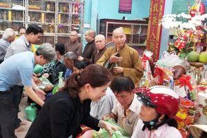 Chùa Linh Quang, Pháp Hoa tặng quà Tết đến bà con