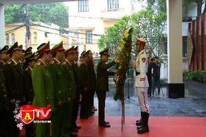 Gắn biển Liệt sĩ Đại úy Phạm Công Huy tại Đài tưởng niệm các Anh hùng liệt sĩ CATP Hà Nội