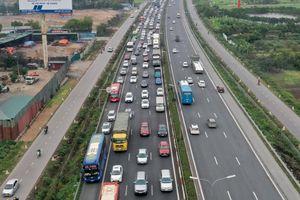 Ôtô dàn hàng, nối nhau trên cao tốc chiều 28 Tết