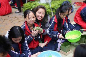 1.500 học sinh thích thú tự tay gói bánh chưng tại sân trường