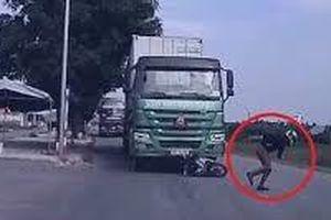Thanh niên nhảy người tránh xe đâm và thoát chết một cách ngoạn mục